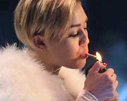 miley cyrus lights up a joint at the 2013 emas